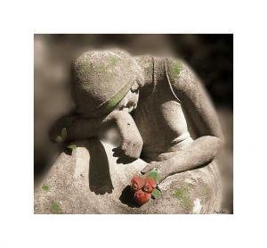 苦痛に項垂れる女性の石像