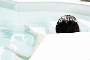 バスタブに浸かる女性の後ろ姿