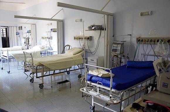 病院で3つのベッドが並ぶ