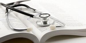 医学書の上に置かれた聴診器