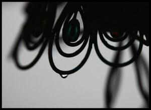 円で構成された飾りから雫が滴り落ちそう