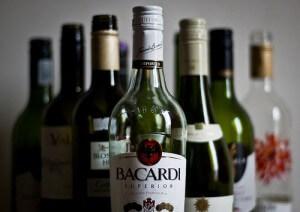 ワインやブランデーなど、アルコールの瓶が並ぶ