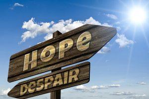 英語で絶望と希望と書かれた看板