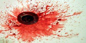 排水溝に流れる血