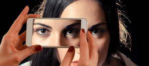 スマホで撮影する女性の顔