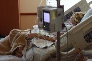 病院のベッドに横たわる女性