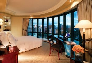 大きな窓から街を一望できる豪華な部屋