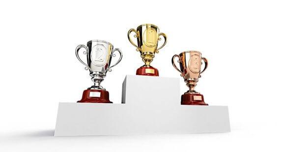 金と銀と銅のトロフィーが表彰台に並ぶ
