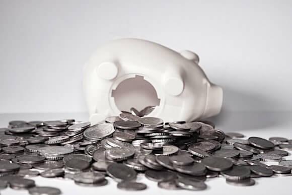 横たわる城の貯金箱のお腹から大量のコイン