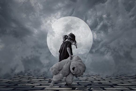 満月に大きなクマのぬいぐるみを引きずる女の子