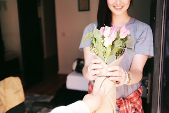 女性に花を手渡しする様子