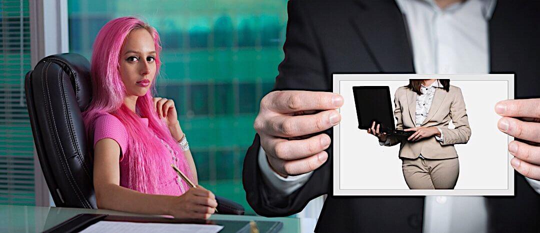 ピンク色の髪の女性とパソコンを持つ女性の写真を持つ女性