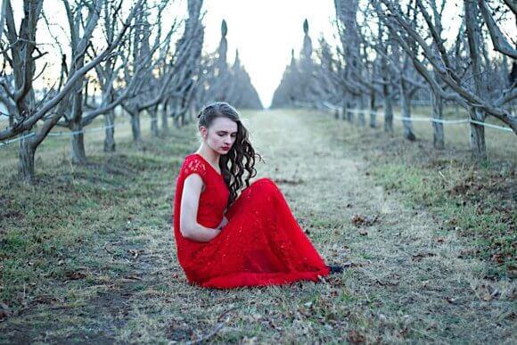 赤いドレスを着て座る女性