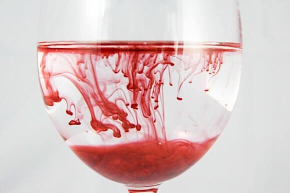 ワイングラスに注がれる赤色のインク