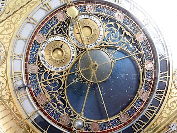 金色の文字盤の時計