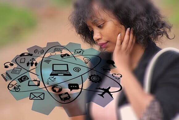 携帯を見ながら苦悩な表情を見せる黒人の女性