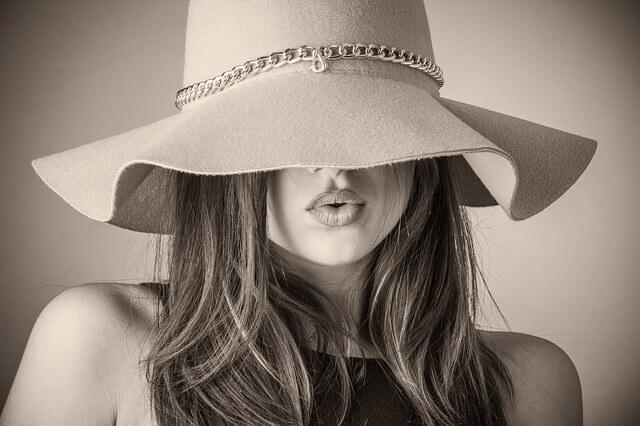 帽子を目深にかぶる女性