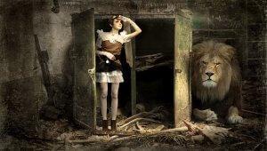 扉を開けて中を覗く女性とライオン