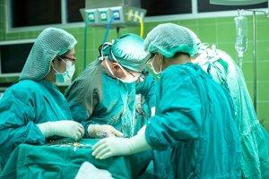 手術着を着た3人の人