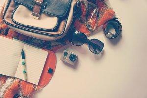 カバンと手帳、サングラスとカメラ