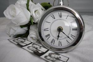 モノクロ写真に写る時計と男女の写真