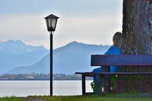 湖畔の椅子で佇む人影
