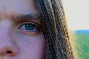 苦悩の表情を浮かべる女性の顔のアップ