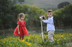 赤いドレスの女の子とカメラを持つ男の子