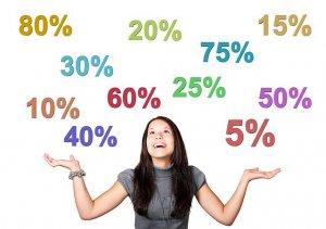 両手を広げ天を見上げる女性。天には11種類の%が浮かぶ